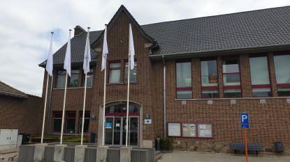 Witte vlaggen wapperen aan de gemeentelijke gebouwen