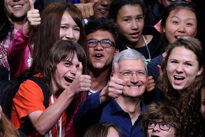 Apple ceo Tim Cook poseert tijdens de WWDC 2015 met het publiek
