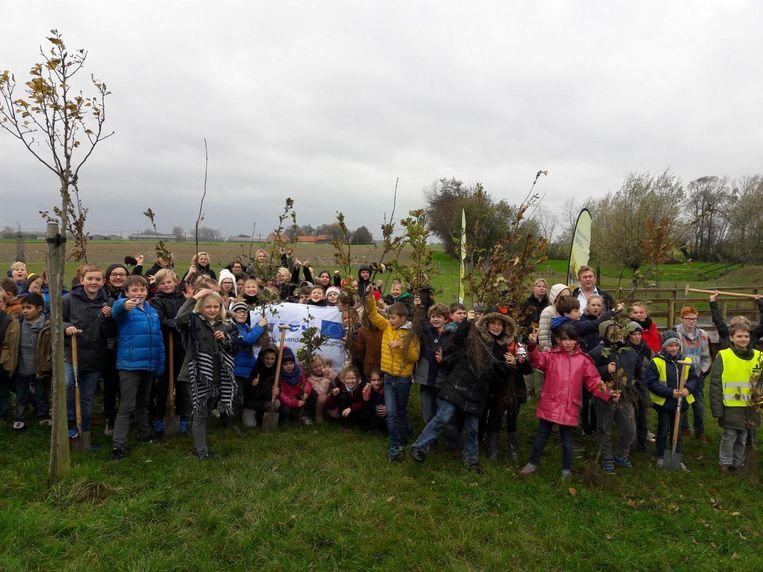 Deze Vlaamse en Franse kinderen ondernamen samen een plantactie in Leisele.
