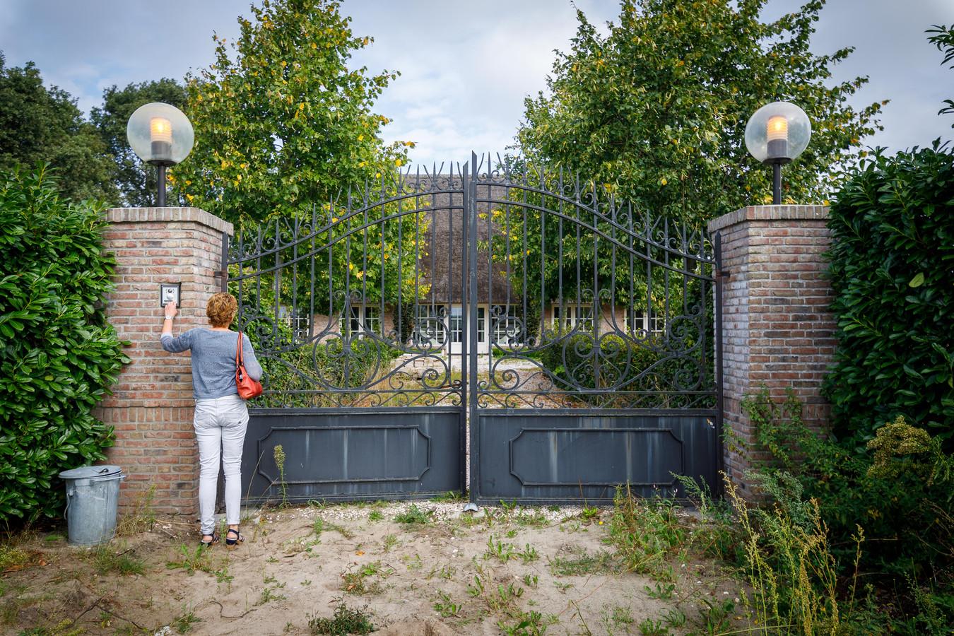 De Stentor-verslaggeefster Francisca Muller belt aan bij het landgoed waar Robert-Jan Mastenbroek zou wonen.