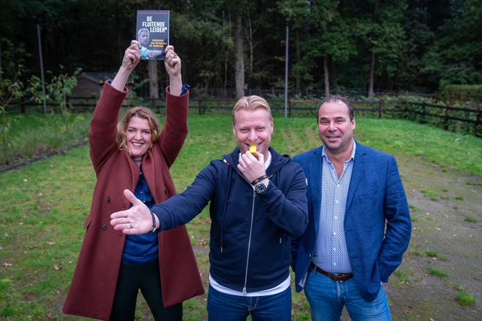 Colinda van Dijk, Erik Kaptein en prof-scheidsrechter Kevin Blom (midden) schreven samen het boek 'De Fluitende Leider'.
