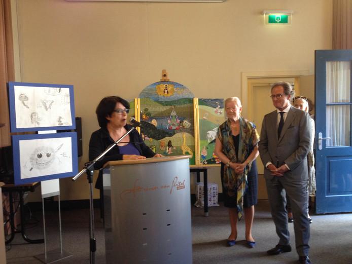 Marie-Louise van der Kruis opende samen met burgemeester Rombouts de expositie.