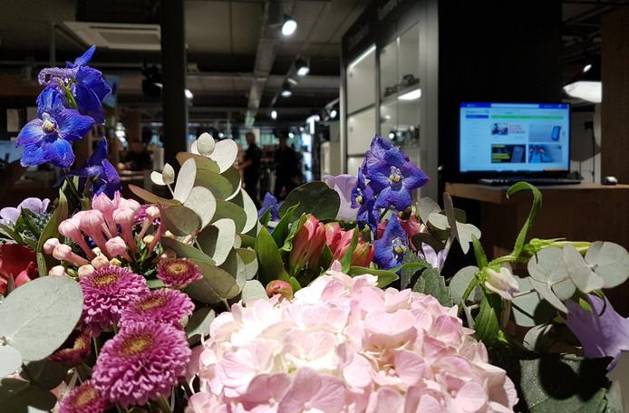 CameraTools in Apeldoorn werd na de overval overspoeld met bloemen en andere attenties.