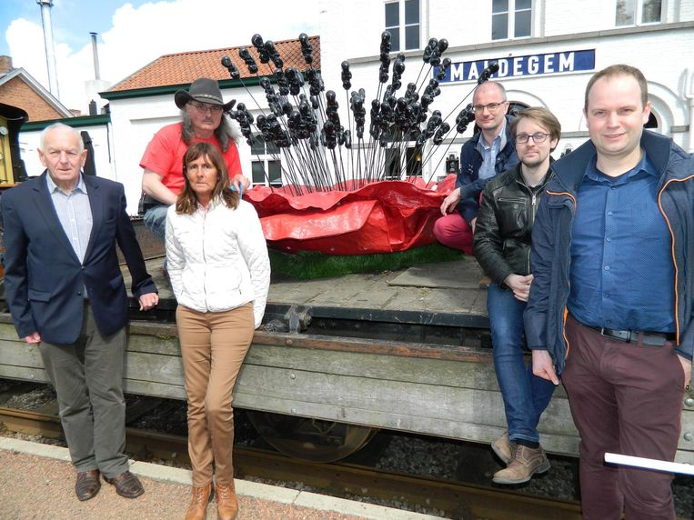 Leden van het Stoomcentrum bij het oorlogskunstwerk De Klaproos dat dit weekend binnengereden zal worden.