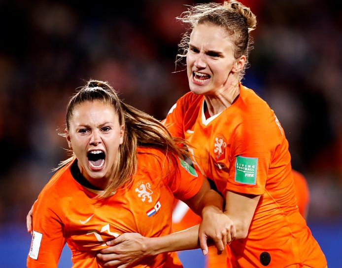Lieke Martens juicht na haar winnende goal tegen Japan.