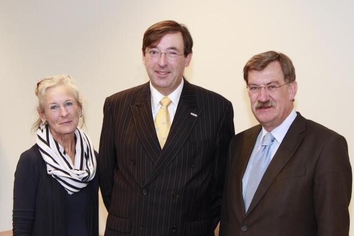 Harrie Boogers met zijn echtgenote en burgemeester Hellegers van Uden