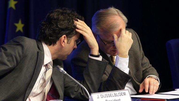 Eurogroep-voorzitter Dijsselbloem tijdens de persconferentie na het bereiken van het akkoord in overleg met eurocommissaris Rehn. Beeld EPA