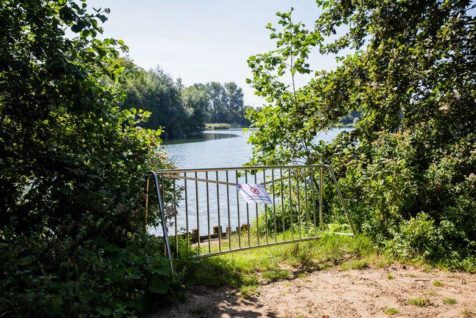 Rond de volledige vijver werden nadarhekken gezet, ook waar je sowieso al niet mag zwemmen.