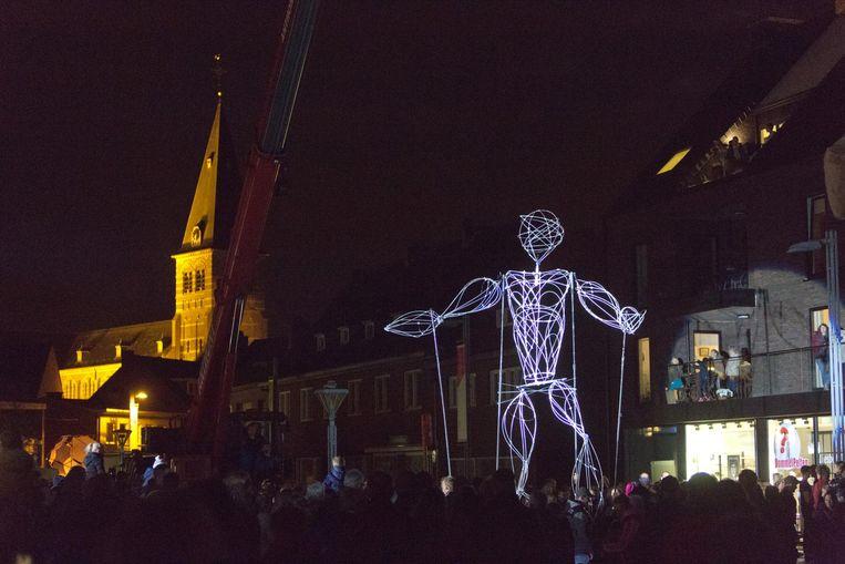 Op de Oude Markt genieten zo'n 3.000 inwoners van prachtige acts en kunstwerken.