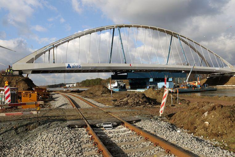 De nieuwe brug werd begin februari ingevaren.