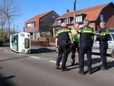 Man belandt met auto op zijkant na botsing met geparkeerde wagen in Oosterhout