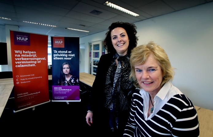 Regiomanager Vivian van Bon en vrijwilliger Aagje van Diejen (rechts) in het nieuwe kantoor van Slachtofferhulp. ,,We kunnen altijd nog maatschappelijk betrokken medewerkers in ons team en onze regio kunnen gebruiken.''