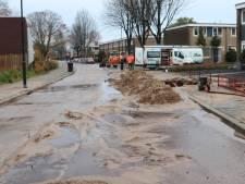 Gesprongen waterleiding in Apeldoorn zorgt voor wegverzakking
