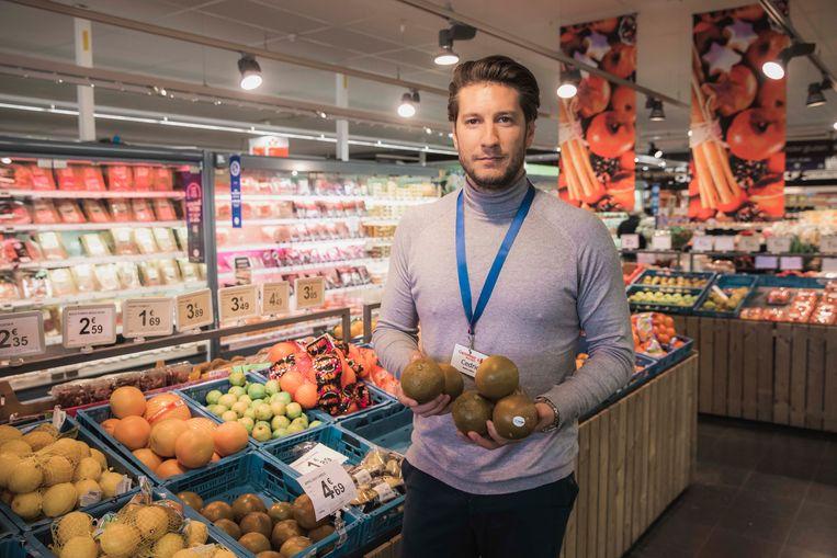 Cedric Van De Velde met de choco-appelsienen in de Carrefour van Terbiest.