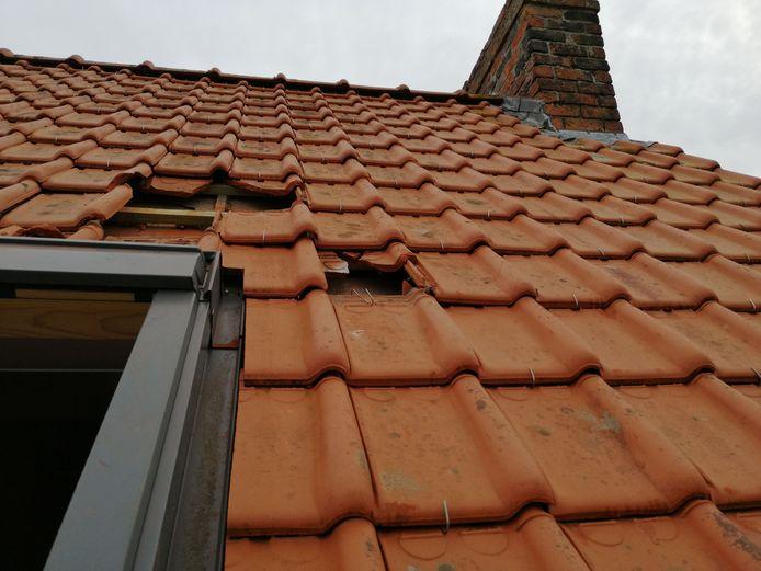 De schade aan de dakpannen is duidelijk.