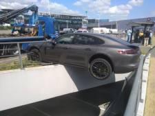 Porsche bungelt op randje diepe parkeergarage: per ongeluk in de achteruit gezet