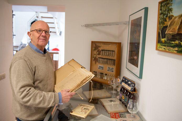 Erik Harmsen in de ontvangsthal van brouwerij Huttenkloas met het manuscript over het boek.