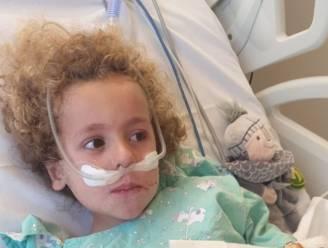 """Kaïs (4) ontwaakt nadat hij door coronabesmetting in kunstmatige coma belandde: """"We kunnen hem binnenkort mee naar huis nemen"""""""