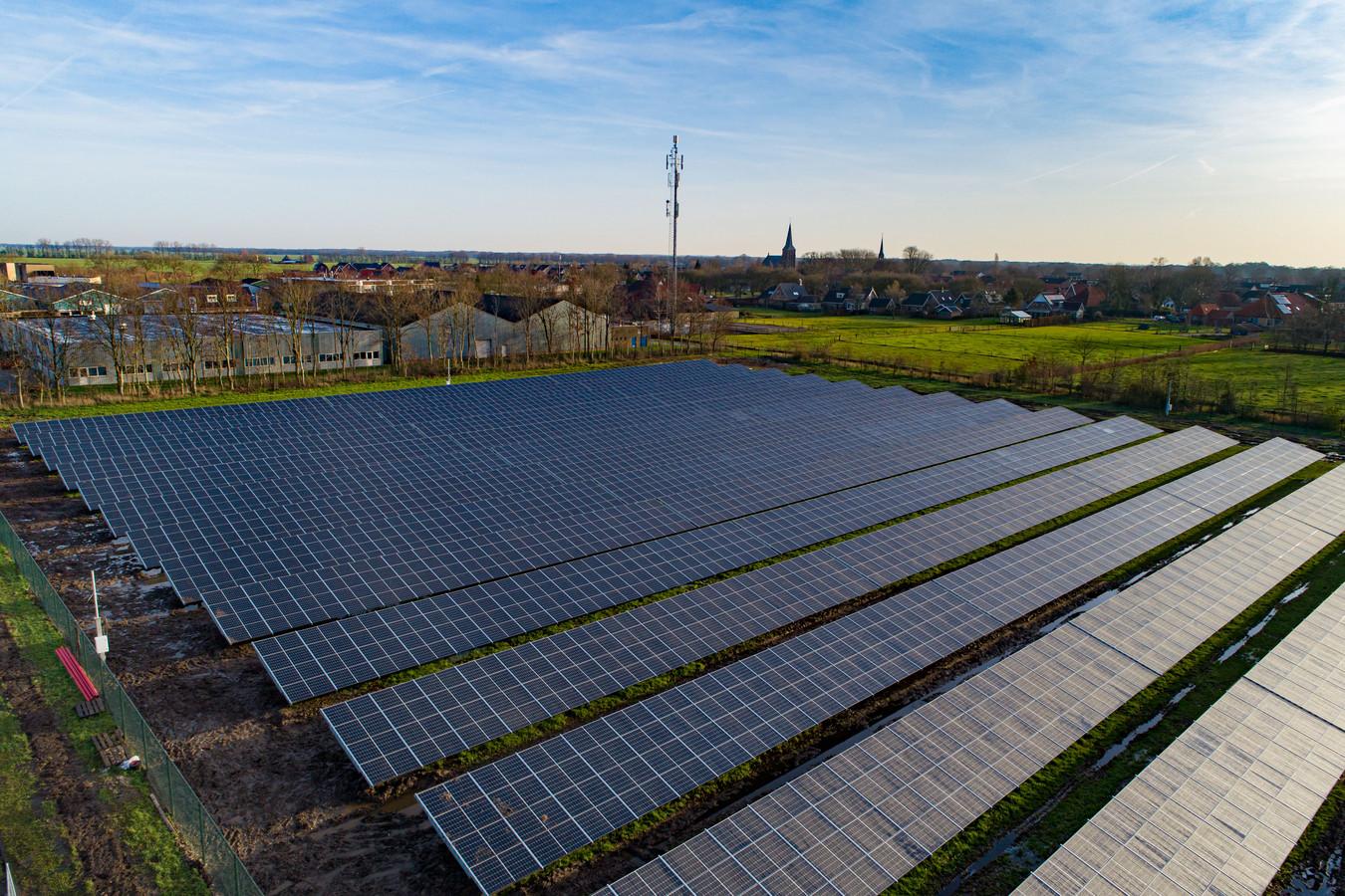 Het nieuwe zonnepark van Oldemarkt telt  4400 panelen en ligt niet op landbouwgrond, maar op een braakliggend veld op een bedrijventerrein.