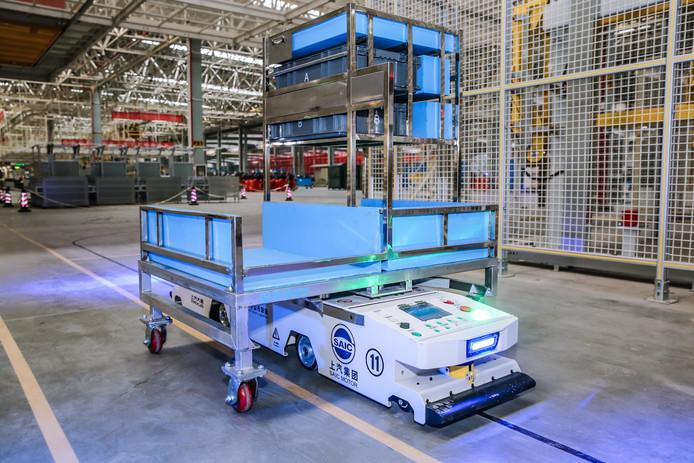 Het geheim: zelf rijdende onderdeelkarretjes en dakraamrobots