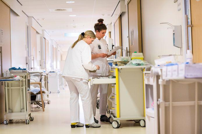 In de Twentse ziekenhuizen zijn in totaal 145 mensen opgenomen met corona-besmetting.