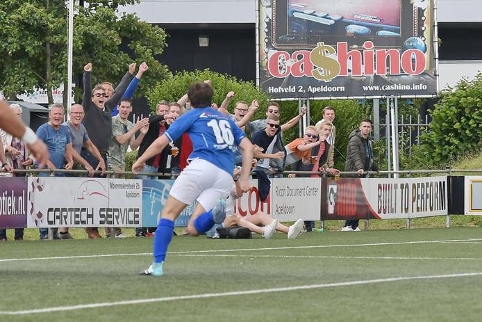 Daniel Jannink (16) scoort de 1-0 voor De Zweef