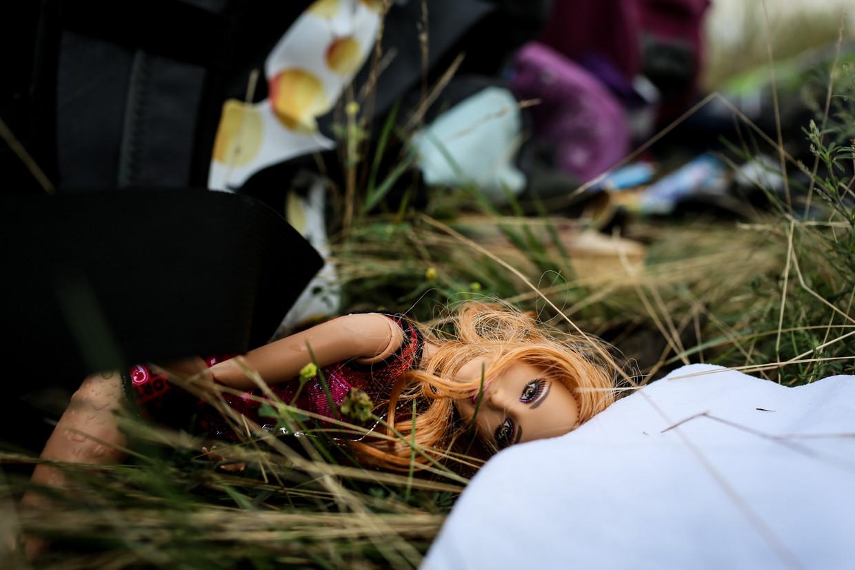 Een barbiepop op de plek waar de Boeing 777 neerstortte. Beeld null