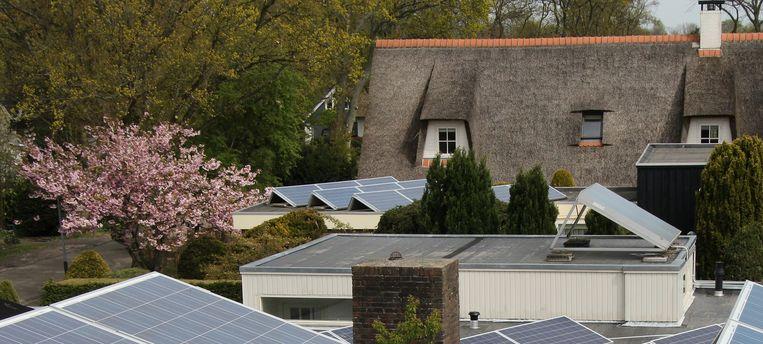 Buren die zonnestroom aan elkaar gaan leveren, dat is de toekomst. Maar dan moet dat wel energievriendelijk kunnen worden afgerekend. Beeld Vincent Dekker