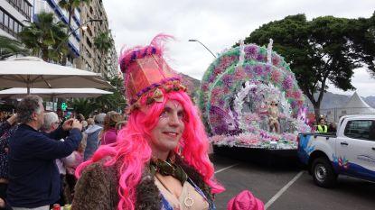 """Filip (44) met lampenkap op zijn hoofd op het vliegtuig om carnaval te vieren in Tenerife: """"Heerlijke combinatie carnaval en vakantie, al was het wel warm met zo'n 'vellen frak' om je lijf"""""""