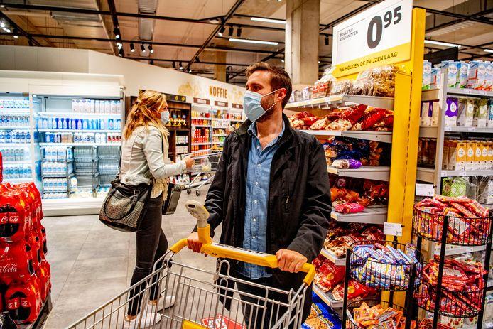 Wie nog zonder mondkapje de Betuwse supermarkten ingaat, valt op.