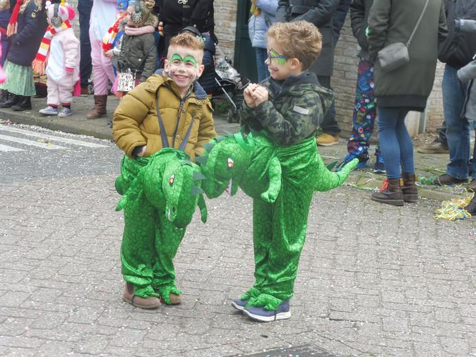 Wat een pret tijdens de carnavalsoptocht in Velddriel hebben deze twee groene draakjes.