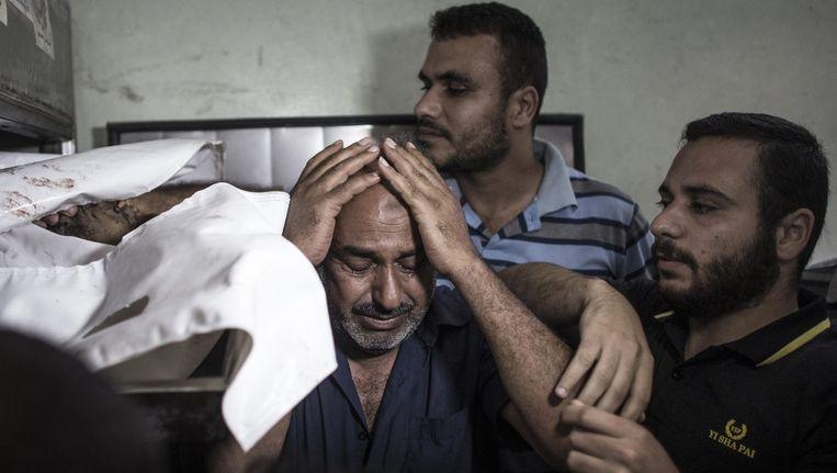 Een Palestijnse man rouwt om het verlies van een familielid. Beeld epa