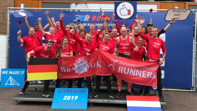 De Brandwijk Bommelerwaard Runners bij de finish van de Roparun 2019. Het team werd tweede.