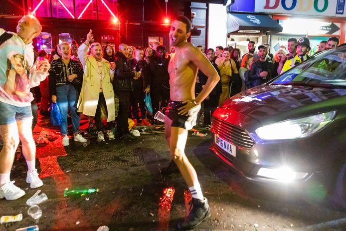 Als corona niet bestaat, het uitgaansleven in Londen was gisteravond als vanouds.