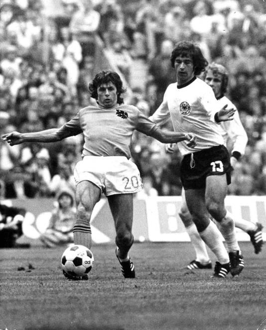 Wim Suurbier in duel met Gerd Müller in de WK-finale van 1974.