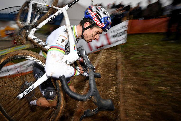 Wout van Aert is de grootste concurrent van Van der Poel. Zoals zo vaak dit seizoen eindigt hij in de wereldbekerwedstrijd in Nommay, Frankrijk als tweede achter Van der Poel. Beeld belga