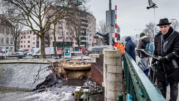Door een gesprongen waterleiding is een deel van de kade ingestort Beeld Jean-Pierre Jans