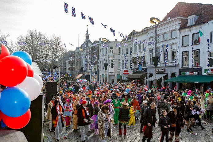 Eerdere jaren, zoals in 2017, was het een dolle boel op en rond de Grote Markt tijdens de Bredase klûntocht. Dit jaar wordt het een online thuisfestijn.