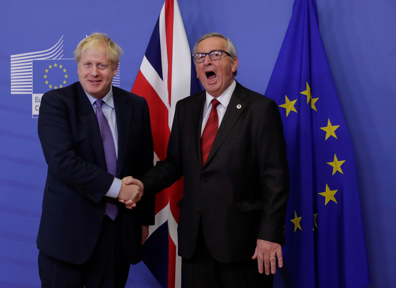 Boris Johnson schudt de hand van Jean-Claude Juncker. Beeld EPA