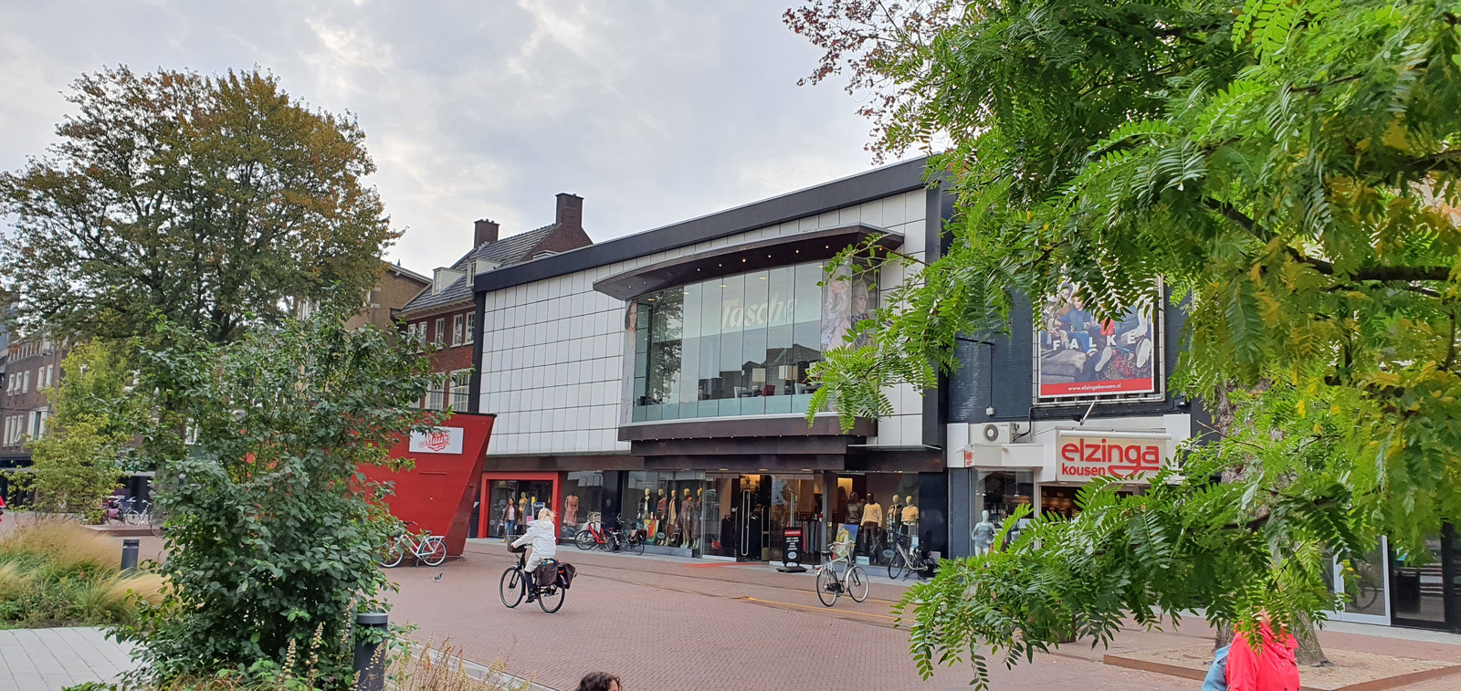 De uitverkoop in modehuis Tasche aan de Enschedesestraat in Hengelo is gestart. Hoe lang de winkel nog open blijft, is op dit moment onduidelijk.