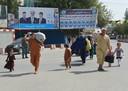 Inwoners van Kunduz ontvluchten het geweld in de stad.