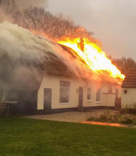 Grote uitslaande brand verwoest boerderij in Hulshorst
