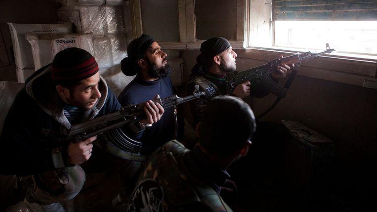 Syrische rebellen maken zich op om tegen het leger van Assad te vechten. Beeld EPA