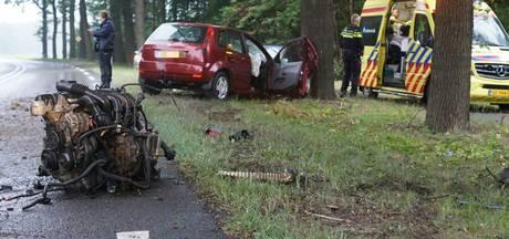 Groenlose botst tegen boom op N18, motorblok uit auto geslingerd