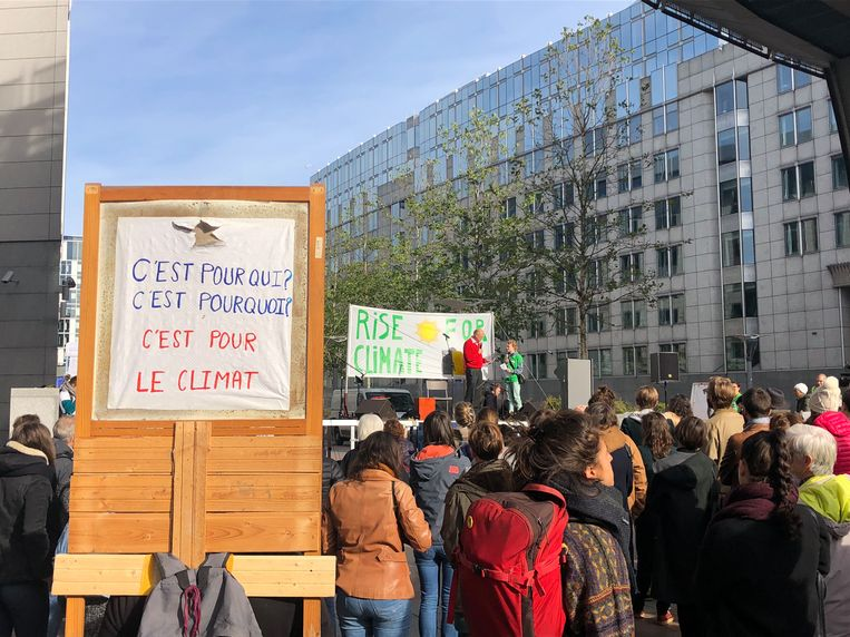 Voor het Europees Parlement werd zaterdag het laatste maandelijkse klimaatprotest gehouden.