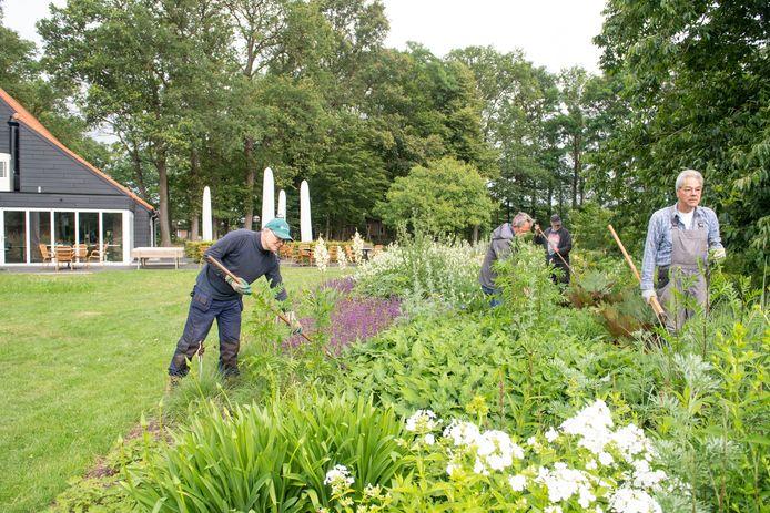 De tuinen bij het klooster in Zenderen ( bij Theehuis de Karmeliet ) worden al lange tijd verzorgd door een groep fanatieke vrijwilligers. Ook nu liggen ze er weer piekfijn bij.