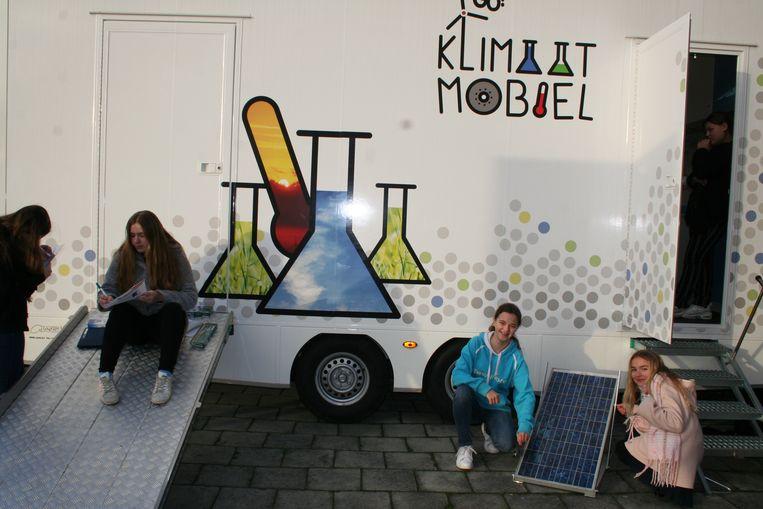 De leerlingen leven zich uit aan de Klimaatmobiel.