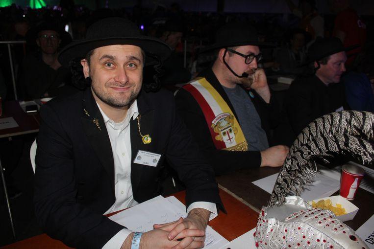 Carnavalisten met een joods hoofddeksel en pijpenkrullen.