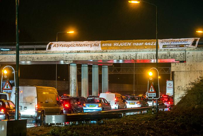 raamsdonksveer-foto : ron magielse actiespandoek tegen verkeerslichten op de a59 bij knoopunt hooipolder.