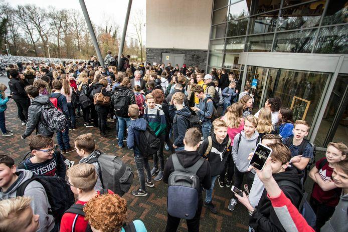 Leerlingen protesteerden vorige week op het schoolplein van het Staring College in Lochem tegen de schorsing van de docent Frans.